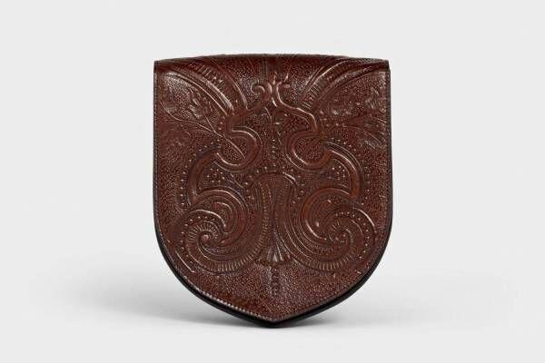 セリーヌ オムの新作ショルダーバッグ「エキュソン」紋章から着想したシェイプ、全3種ユニセックスで