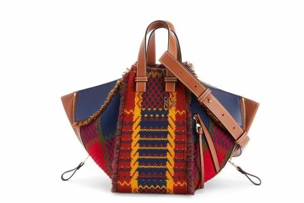 """ロエベの人気バッグが""""タータンチェック柄""""に、フリンジ装飾付き「クッショントート」など"""