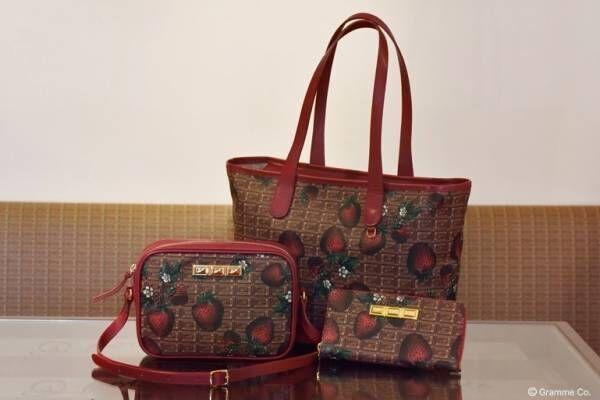 """Q-pot.""""ビターチョコレート×苺""""の革バッグ&長財布、真っ赤なレザーをアクセントに"""
