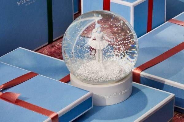 ウェッジウッドのスノードーム、雪降るドームの中でスケートを楽しむ少女を描いたクリスマス装飾