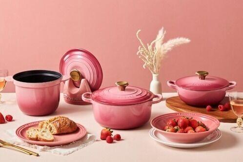 ル・クルーゼからクリスマス限定色「ベリー」グラデーションピンクの鋳物ホーロー鍋