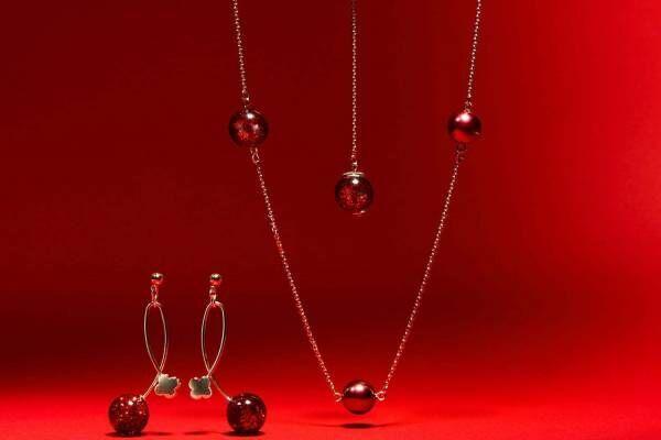 アンテプリマからクリスマス限定ネックレス、ワイヤーバッグ着想の赤いグリッターボール煌めく