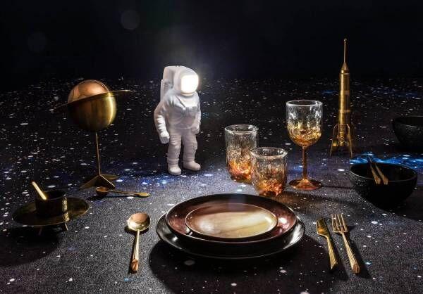 ディーゼル リビング新作「宇宙飛行士型」テーブルライト、幻想的に光輝くヘルメット