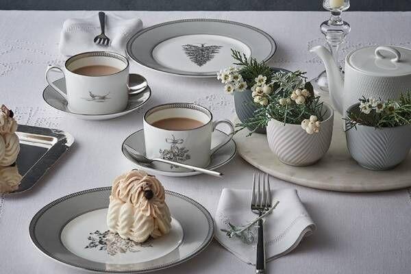 ウェッジウッド「ツリーやヒイラギ」モチーフのテーブルウェア、エレガントな乳白色&白金カラーで