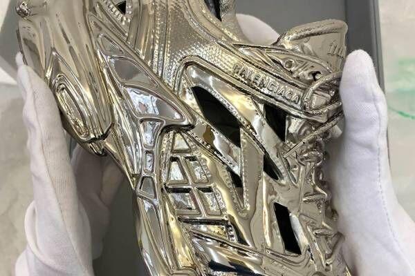 """バレンシアガ「トラック.2」スニーカーの限定メタル彫刻が青山に、""""ファッション枠外""""のオブジェクト"""