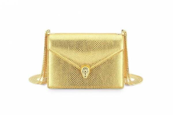 ブルガリ「セルペンティ」バッグがメタリックカラーで、スネイクヘッドのゴールドブレスレットも