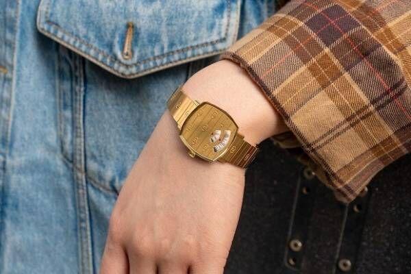 グッチの腕時計「グリップ」GGロゴを施したケースの新作、小窓から回転ディスクで時刻を表示