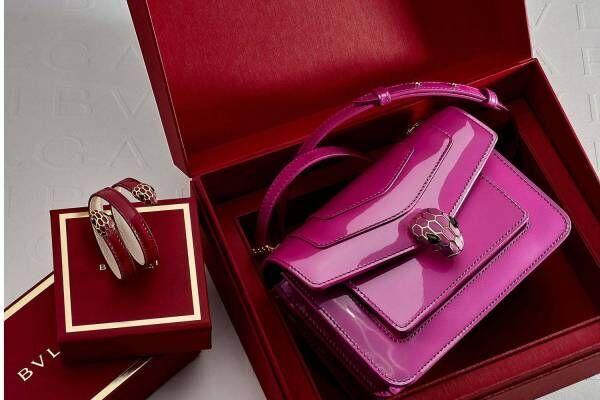 ブルガリの2021年バレンタイン、蛇モチーフ×ロマンティックカラーのバッグやミニ財布