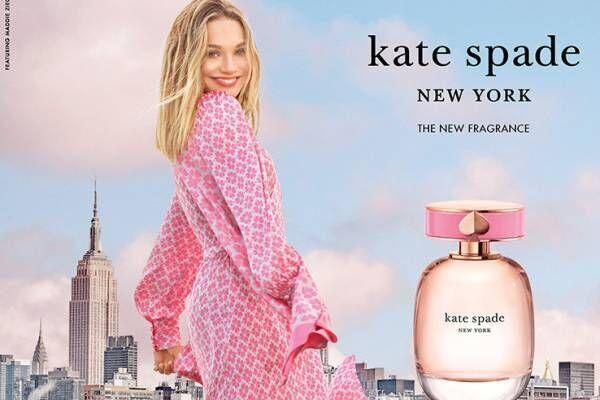 """ケイト・スペード""""ワイルドストロベリー&バラ""""香るフレグランス、スペード輝くピンクのボトル"""