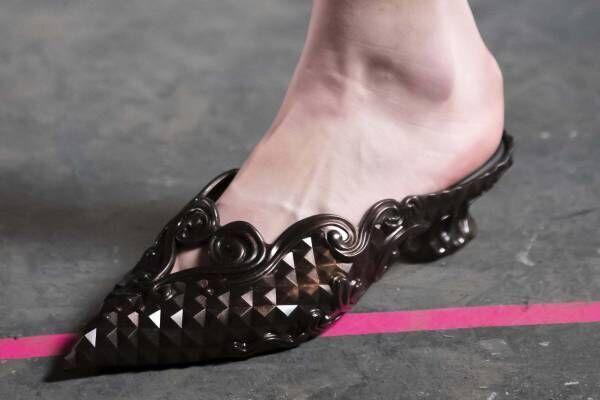 """メリッサ×Y/プロジェクト""""靴型の花瓶""""をイメージしたシューズ、多面カット風×ロココ調装飾"""