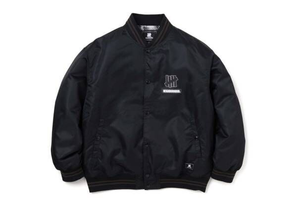 ネイバーフッド × アンディフィーテッド、レザーロゴ入りジャケット&顔料染めブラックフーディ