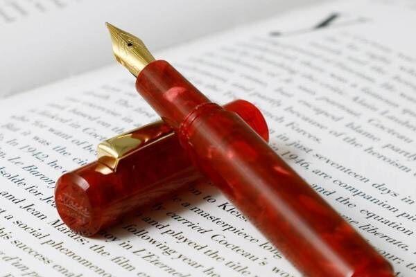 """ハイタイド""""角度で表情が変わる""""マーブル万年筆に限定色レッド、""""透かし模様""""の和紙レターセットも"""