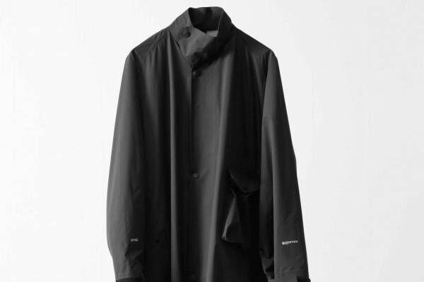 """ハイク""""小さく畳める""""オールブラックのユニセックスコート、ビオトープ別注で"""