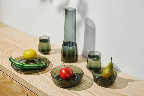 """イッタラ""""ビームパターン""""施したダークグレーガラスのテーブルウェア、アメジストのカラフェも"""