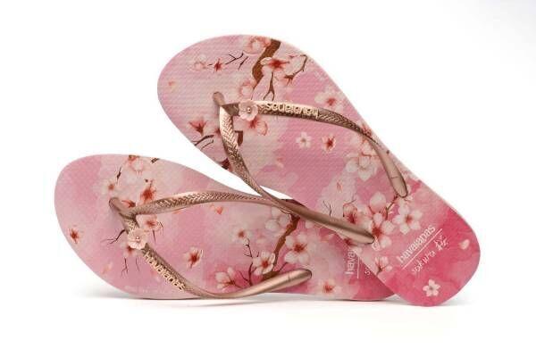 """ハワイアナス""""桜ピン""""付ビーチサンダル、桜柄ストラップのクリアバッグも"""