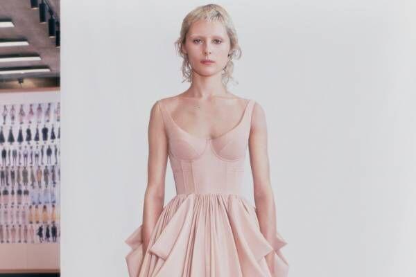 アレキサンダー・マックイーンから「コルセット」プリントの新作Tシャツやドレス