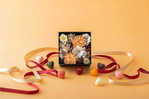 ピエール マルコリーニ母の日限定チョコボックス、オレンジのカーネーション入りフラワーボックスを添えて