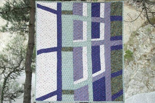 """A.P.C.""""建築""""着想のキルトラグ&クッション、パリのブティックなどを鮮やかな色彩で表現"""