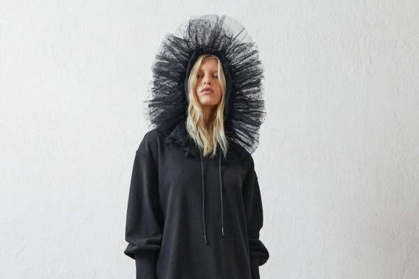 レッド ヴァレンティノの新作ウェア、チュールのフリル付きスウェットドレスやデニムスカート