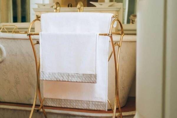 ディオール メゾン新作「カナージュ」刺繍のタオルやバスマット、パールグレー&ホワイトカラーで