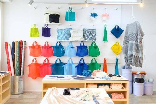小松マテーレの新ブランド「マテモノ」建築着想プリーツバッグなど、石川の工房一体型店舗モノーボで