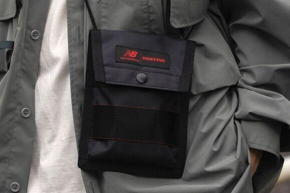 ニューバランス×ブリーフィングのバッグ、濃いグレーのミニポーチ&2WAYバックパック