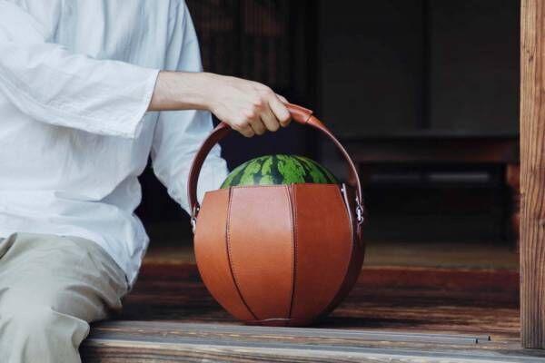 """土屋鞄製造所「スイカ専用バッグ」大玉スイカの""""頭""""がチラリと見える球体フォルム"""