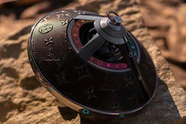 """ルイ・ヴィトン""""バッグ""""感覚で持てる新作ワイヤレススピーカー、モノグラム・フラワーが光る円盤フォルム"""