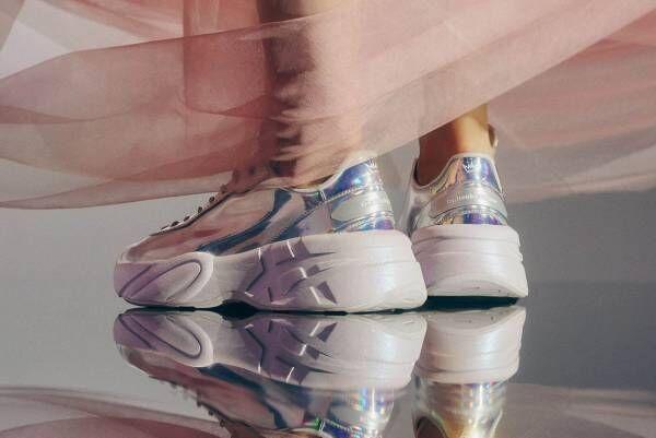 オニツカタイガー×Amazonオリジナル映画『シンデレラ』、ガラスの靴を思わせるプリズムスニーカー