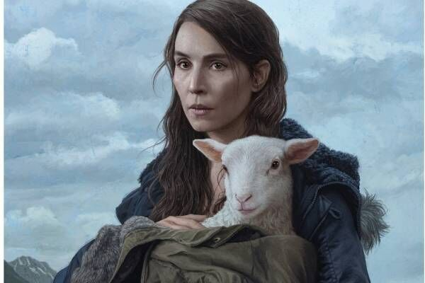 "A24制作の""羊ホラー""映画『LAMB』頭は羊×身体は人間、夫婦が育てる不気味な正体とは?"