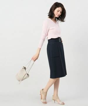 知的な印象で大人の品格をアップ!ネイビータイトスカートを着こなす夏スタイルをご紹介