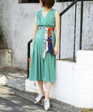 夏風を感じて♪スカーフ使いで魅せるおしゃれな大人女子コーデまとめ