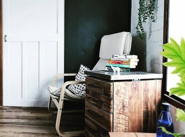 ちょっとした小物を置けるスペースが便利!サイドテーブルのある素敵なインテリア☆
