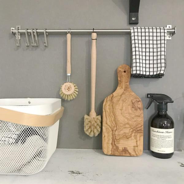 IKEAなどのフックやレールで作る!ディスプレイしながら素敵に収納する方法をご紹介