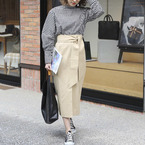 スカート×スニーカーで黄金バランス★シンプルでもおしゃれな着こなしを。
