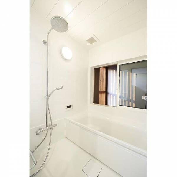 ピュアホワイトでまとめたクリーンなバスルーム