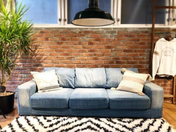 古材赤レンガ風壁紙とデニムのソファ