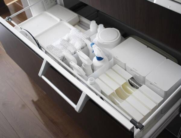 シンク下はキッチン周りの洗剤や清掃用品の収納場所に使える4