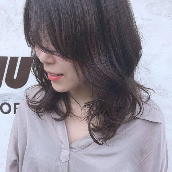 丸顔をカバーできる♪大人の雰囲気の暗髪ミディアムスタイル☆