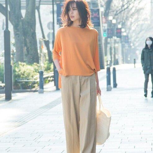 着るだけで元気になる!「オレンジトップス」を使ったスカート&パンツコーデ15選