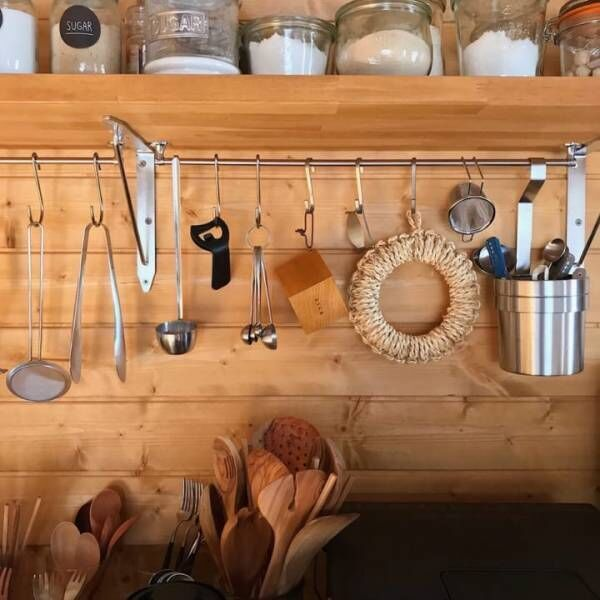 散らかりがちなキッチンをすっきりとさせる!吊るす収納テクニック8選