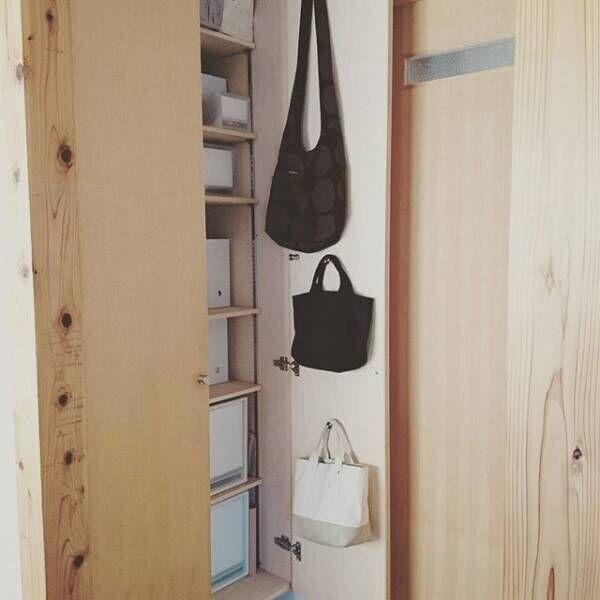 ひと工夫で生活を快適に!空間別・吊るす収納の実践アイデア15選