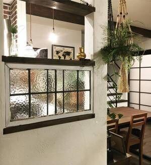 美しい光を室内に取り入れよう!現代の暮らしに馴染むステンドグラスのあるお部屋