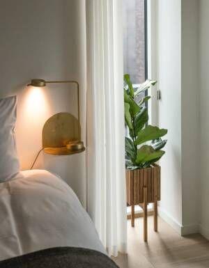 ベッドサイド用の家具壁付けシェルフ