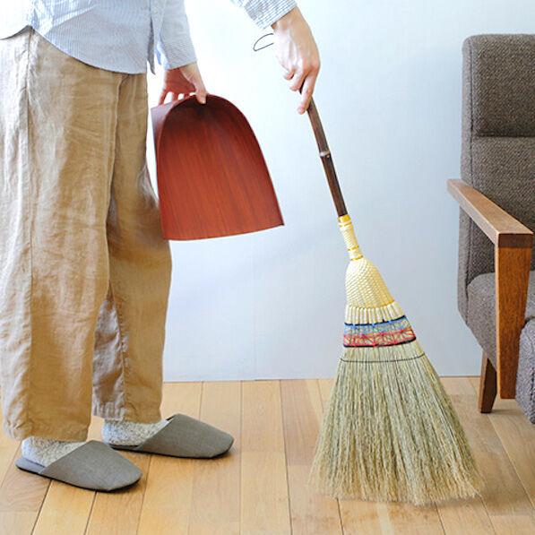 ほうきの魅力を再発見!毎日のちょっとした掃除をサッとほうきで♪