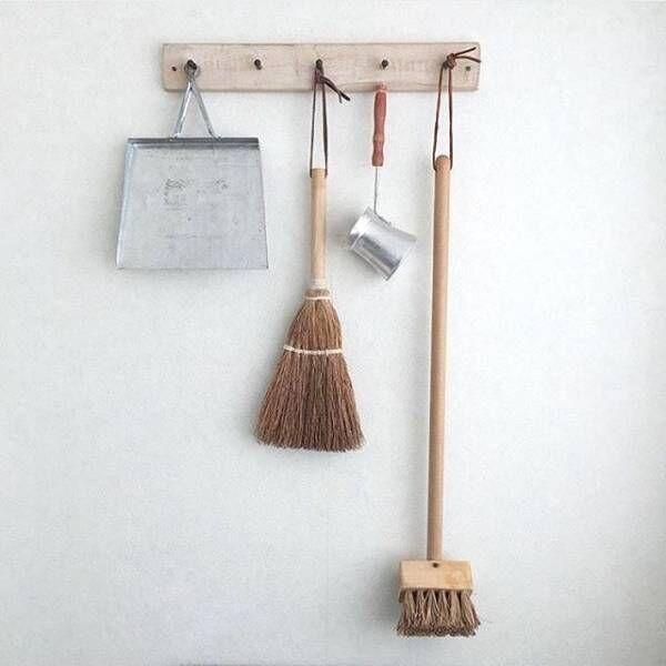 こだわりのお掃除道具で魅せる!効率的でおしゃれな出しっぱなし収納