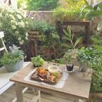 春はお庭でカフェタイム♪テラスやベランダでもできるカフェ風インテリアのアイディア