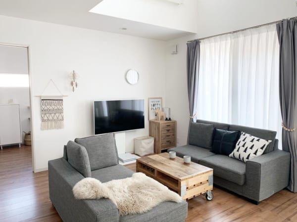 リビングの複数のソファを使うインテリア