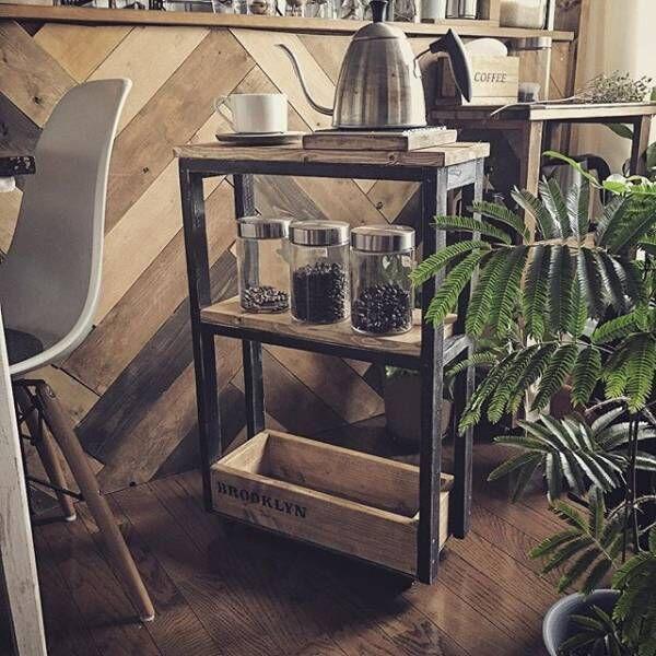 ウッディなワゴンで楽しむカフェ風インテリア