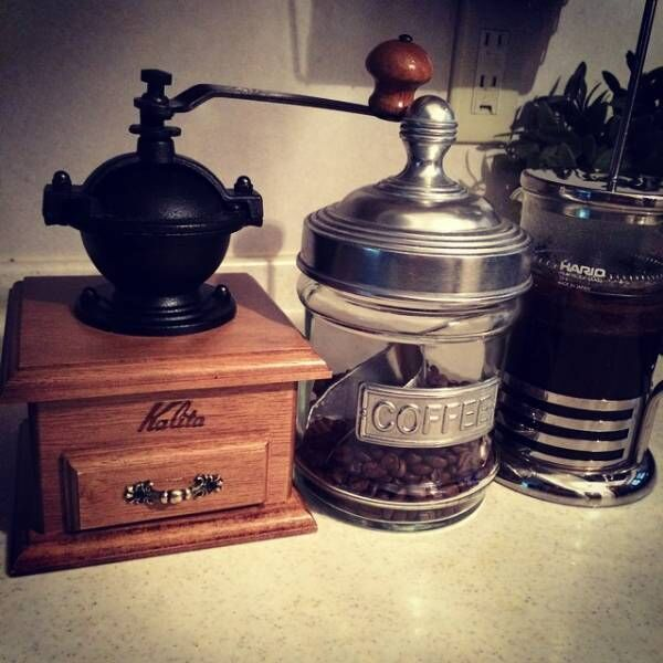 アンティーク風なコーヒーミルのある空間